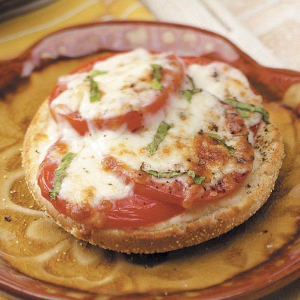 おつまみレシピで休日を満喫する トマトバジルのピザ