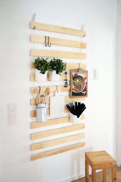 ikeaのすのこマットを壁掛けに使ってキッチン雑貨を収納するDIY [ikea hacks]