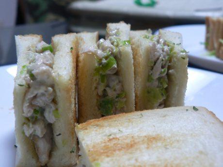 【調理時間 10分】お酒のおつまみ 簡単レシピ チキンとわさび、白ねぎのサンドイッチ